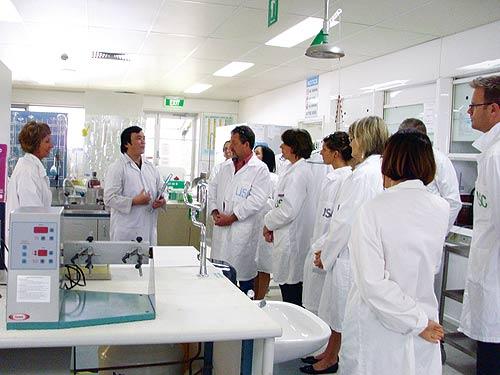 Cao Đình Hùng (thứ 2 từ trái sang) tại phòng thí nghiệm của USC - Ảnh nhân vật cung cấp