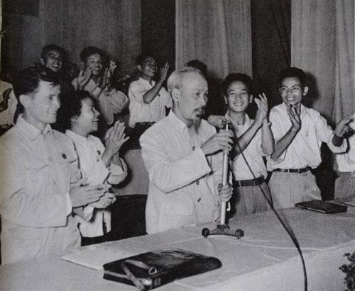 Bác Hồ tại Đại hội đại biểu toàn quốc Đoàn Thanh niên Cứu quốc (1956) - Ảnh: Tư liệu
