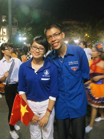 Lại Mạnh Duẩn (phải) trong màu áo xanh tình nguyện.