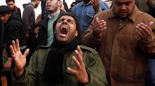 Than khóc bên huyệt một người của quân nổi dậy vừa bị quân chính phủ Libya bắn chết - Ảnh: Reuters