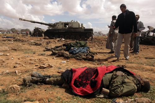 Một lính đánh thuê châu Phi của quân chính phủ bị chết bởi máy bay chiến đấu Pháp tại phía tây thành phố Benghazi, Libya - Ảnh: AFP