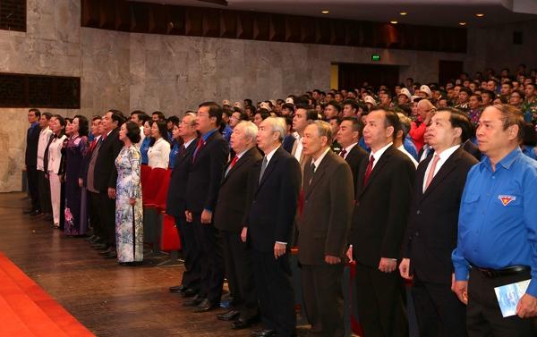 Các đồng chí lãnh đạo Đảng, Nhà nước, các bộ, ban ngành, cán bộ Đoàn các thời kỳ và đoàn viên, thanh niên, sinh viên tiêu biểu thực hiện nghi thức hát Quốc ca, Đoàn ca